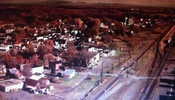 Vue aérienne des voies ferrées de la rue St-Louis qui à l'époque était ouverte en 1980, maintenant elle est séparée, pour privilégier la voie ferrée, la piste cyclable La Montérégiade suive les voies ferrées maintenant.