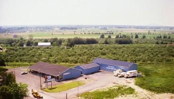 Meubles Denis Riel en 1980, remarquez le terrain à côté, il est vide, maintenant est situé le Salon Funéraire Désourdy