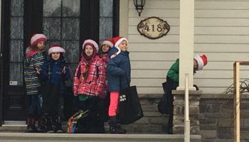 Collecte de nourriture par les scouts pour le centre d'action bénévole et Noël