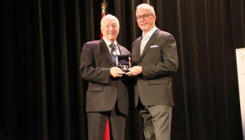 Sourire du mois de mai – Serge Bernier reçoit le prix du Lieutenant Gouverneur