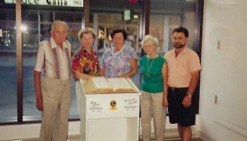 Photo d'époque où le club des Lions donnait un meuble pour tenir le dictionnaire de consultation.