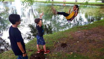 Enfants s'amusant cet été