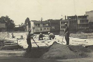 Pont Antonio Bernier au centre-ville de Farnham en 1949 en pleine construction